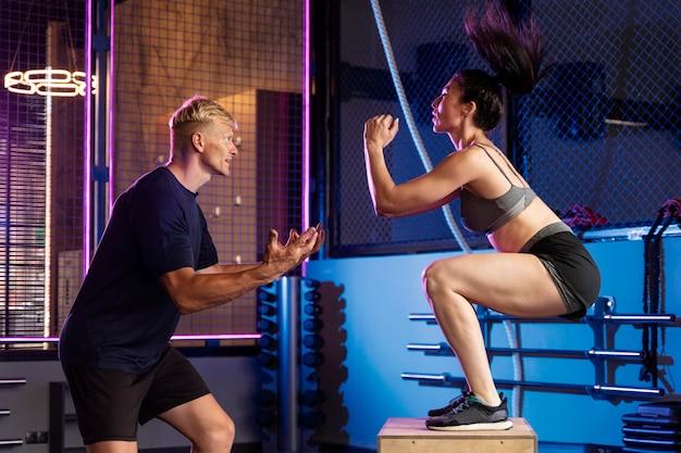 Крупным планом пара делает кроссфит тренировку