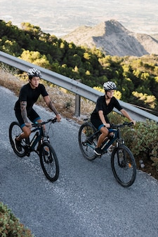 전기 자전거와 커플에 가까이