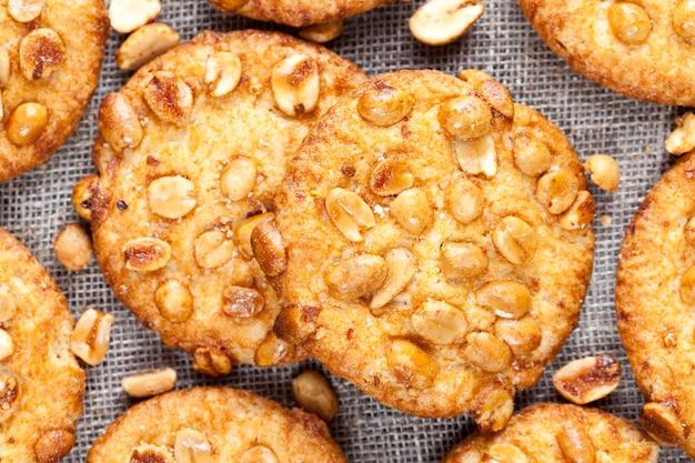 ピーナッツとカリカリのクッキーにクローズアップ