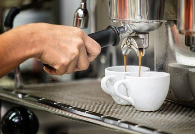 コーヒーショップでエスプレッソのカップにクローズアップ