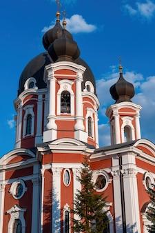 青い空に向かってクルキ修道院をクローズアップ