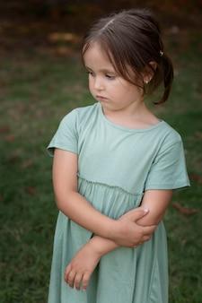 Крупным планом милая и грустная маленькая девочка