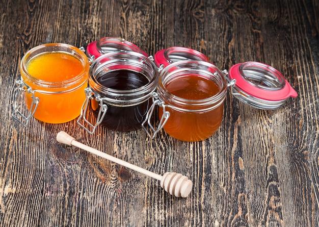 リンデンの花からのおいしい蜂蜜のクローズアップ
