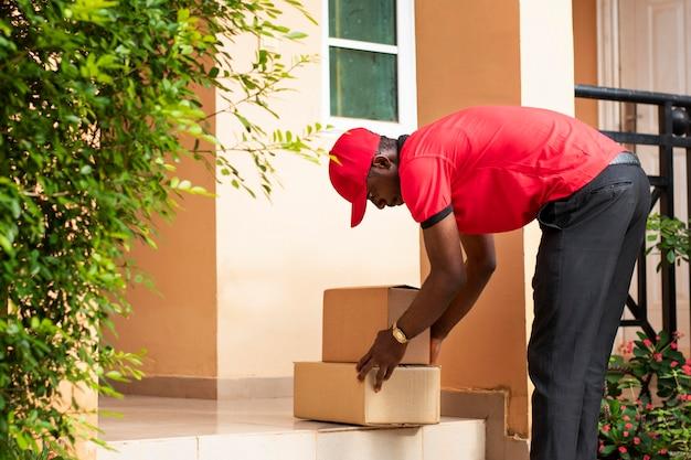 小包で配達人にクローズアップ