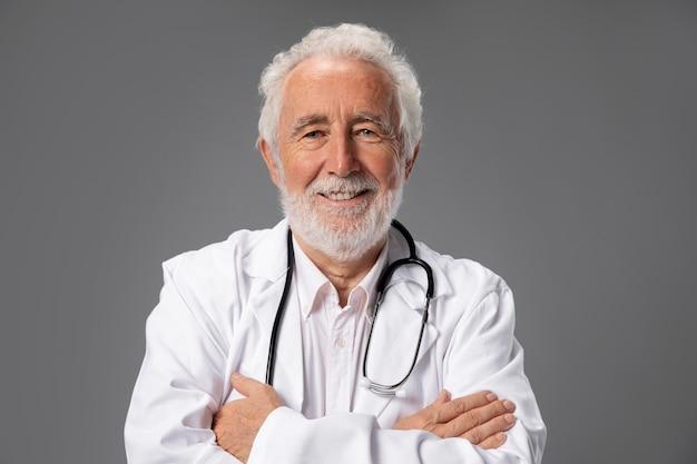 仕事の準備をしている医者にクローズアップ