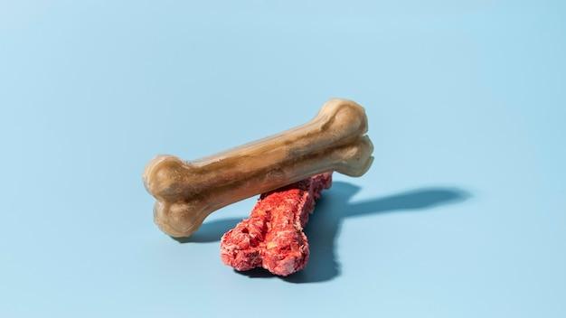 骨の形をした犬のおやつをクローズアップ