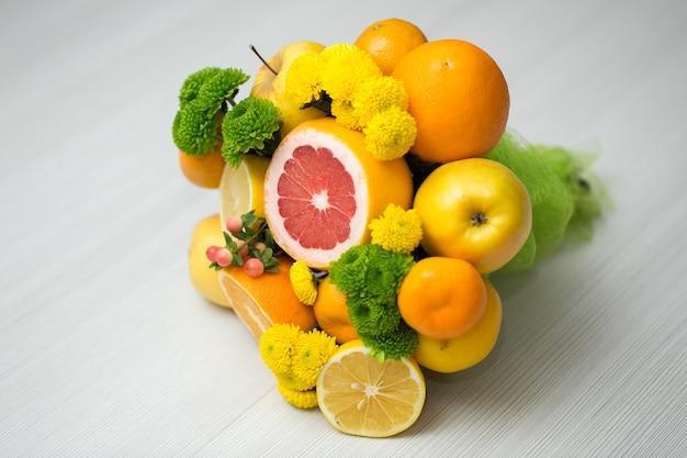 Закройте съедобный букет из овощей и фруктов