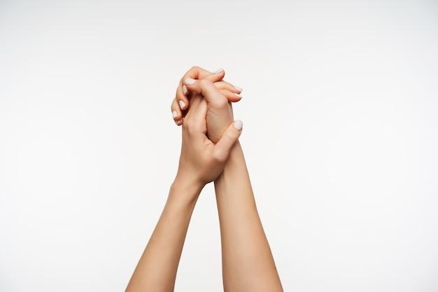 Крупным планом на поднятые руки элегантной женщины изолированы