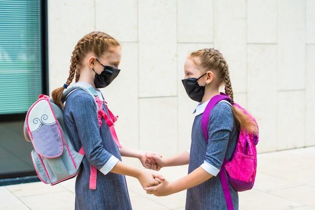 Крупным планом учеников начальной школы в медицинских масках
