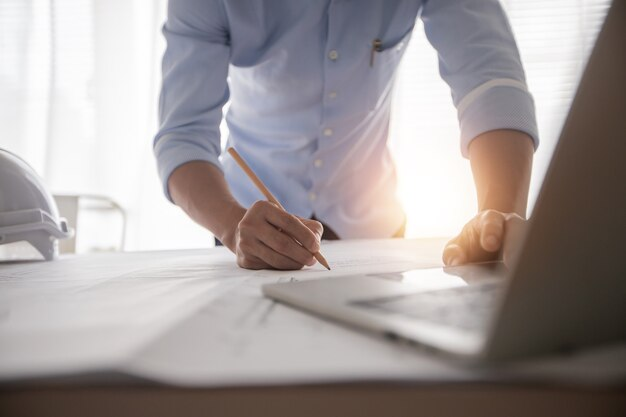 Крупным планом на инспекцию планирования инженера на рабочем месте