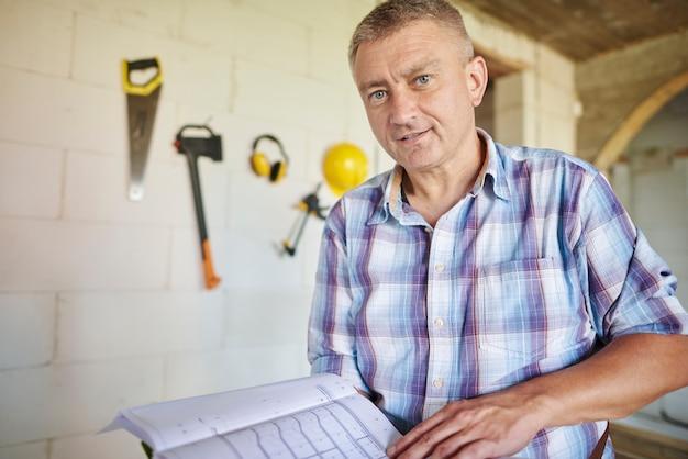 Крупным планом опытный плотник в своей мастерской