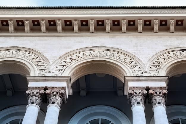 Закройте на фасаде старого здания