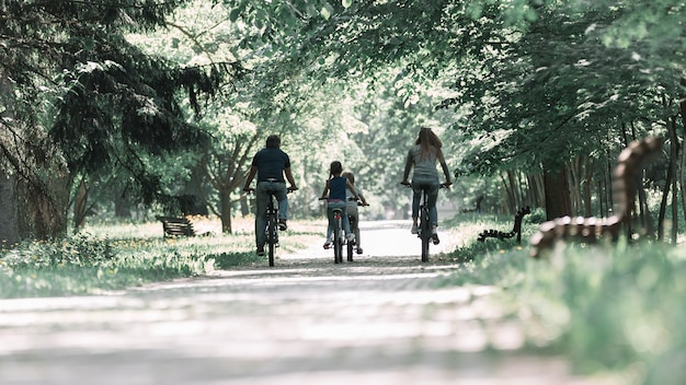 아침에 자전거를 타고 가족을 닫습니다.
