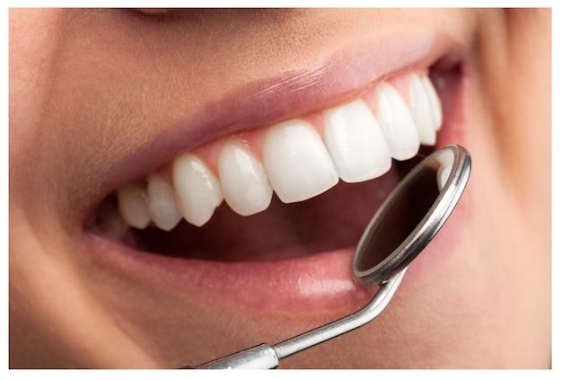 그녀의 치아를 검사하는 여성의 클로즈업