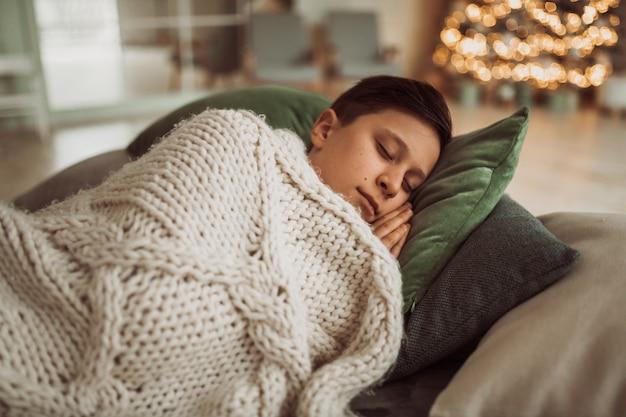 お祝いのクリスマスの寝室にクローズアップ