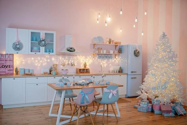 축제로 꾸며진 주방 크리스마스 저녁 식사에 가까이