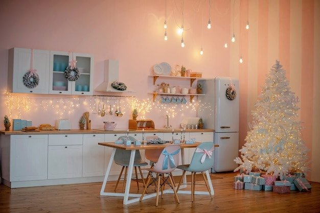 Закройте на празднично оформленной кухне рождество