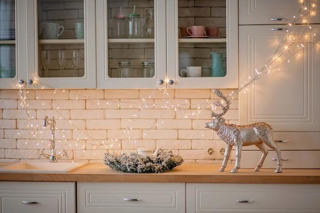 お祝いに飾られたキッチンのクリスマスにクローズアップ