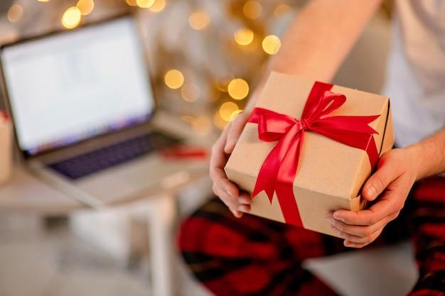 Закройте на празднично упакованной рождественской подарочной коробке