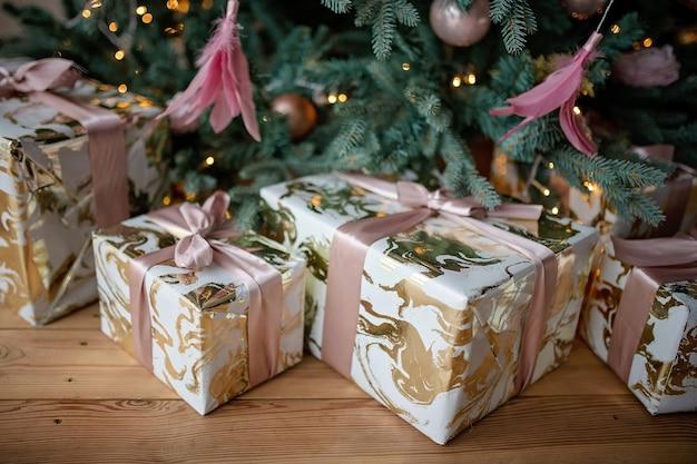 お祝いに包まれたクリスマスプレゼントにクローズアップ