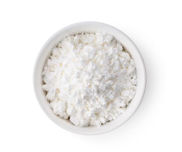 分離された白いボウルの小麦粉にクローズアップ
