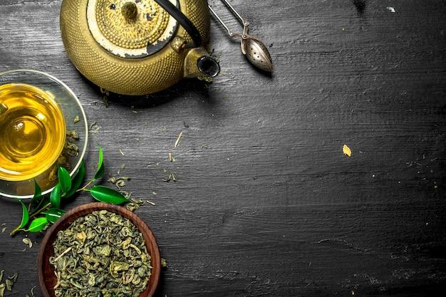 Крупным планом на ароматный зеленый чай с листьями
