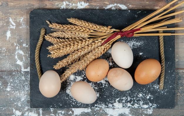 新鮮な卵といくつかの小麦の穂をクローズアップ