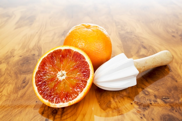 木の板に新鮮なオレンジジュースをクローズアップ