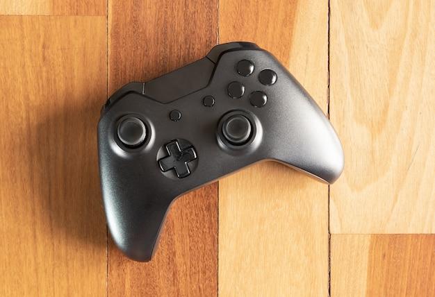 Крупным планом на игровом контроллере на деревянном полу