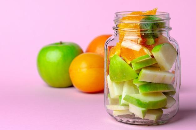 Крупным планом на стеклянной миске с кусочками свежих фруктов
