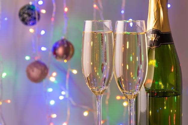 Крупным планом на бокалы шампанского с огнями эффект боке