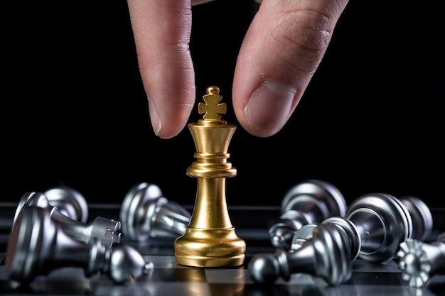 金と銀のチェスの駒をクローズアップ