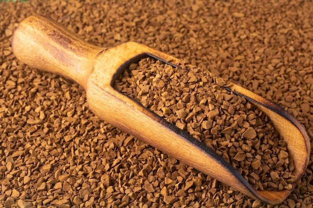 Крупным планом на фоне гранул растворимого кофе