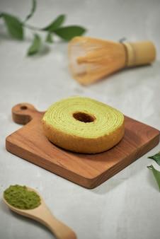 緑の抹茶バウムクーヘン日本のロール ケーキ、選択と集中にクローズ アップ
