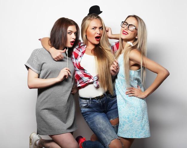 パーティーをしている笑っている女性のグループにクローズアップ