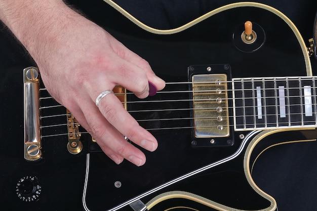 ギターの弦と手演奏のクローズアップ