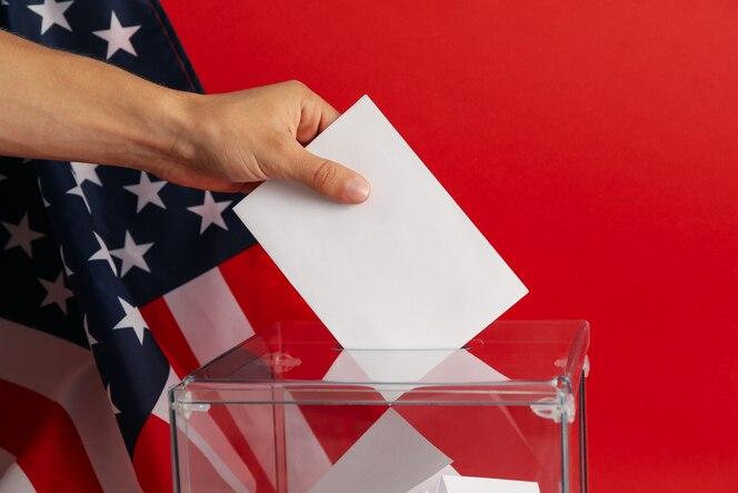 투표함에 투표 용지를 넣어 손에 닫습니다