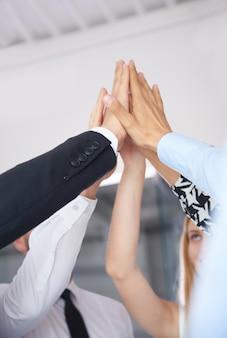 成功を祝って拍手する手をクローズアップ