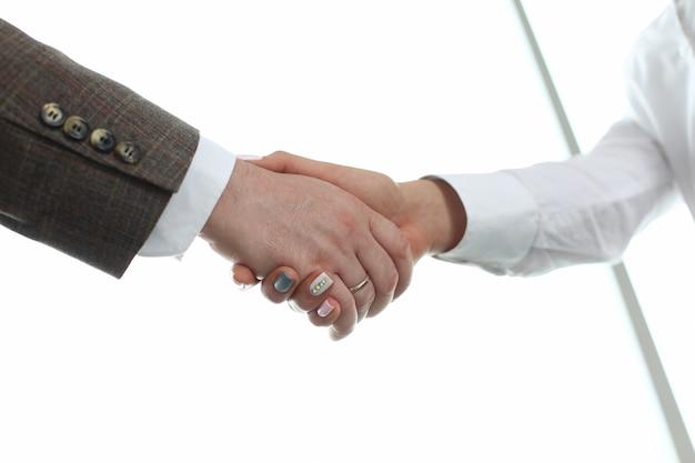 Крупным планом на рукопожатие в офисе