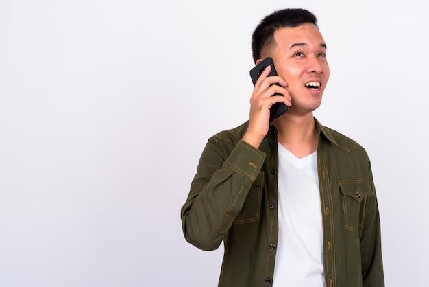 孤立したハンサムな若いアジア人男性にクローズアップ
