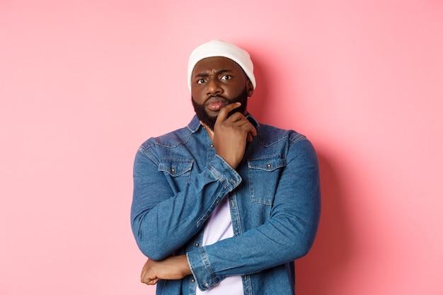 孤立したハンサムな若い黒人男性にクローズアップ