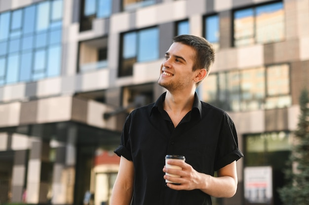 Крупным планом красивый молодой человек в черной рубашке