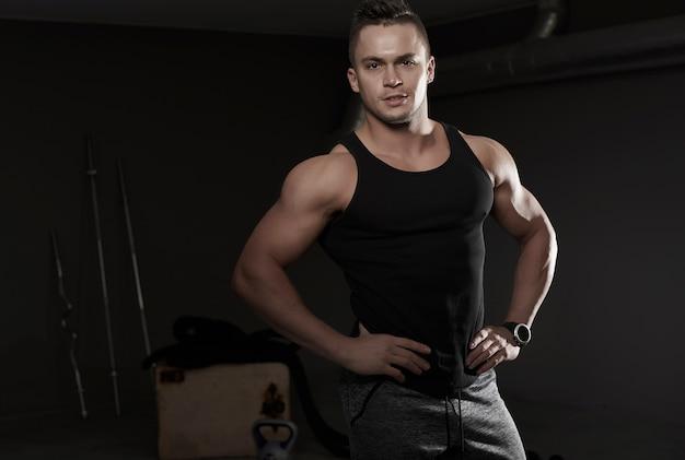 Крупным планом на красивый молодой человек, тренирующийся