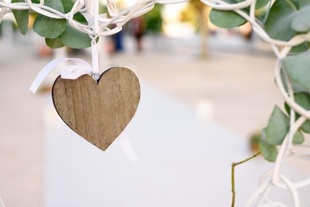 装飾的な木の心をぶら下げにクローズアップ