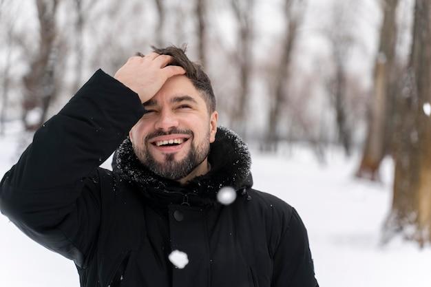 雪の中で遊ぶ幸せな大人にクローズアップ