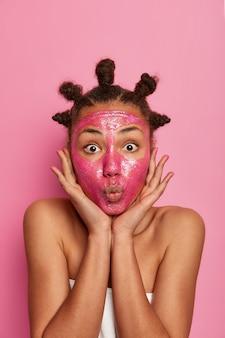 행복 한 민족 여자에 가까이 절연 얼굴 마스크를 적용 즐긴다