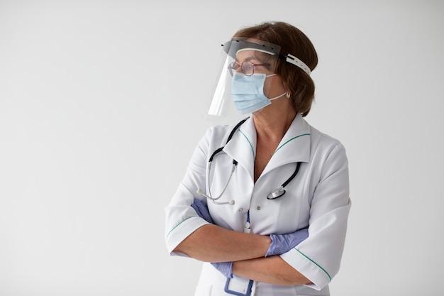 Крупным планом на работника здравоохранения
