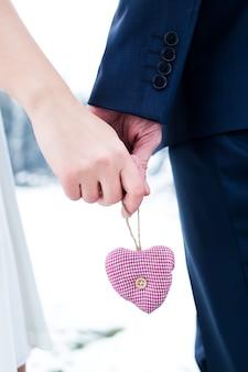 男性と女性の手で心をクローズアップ