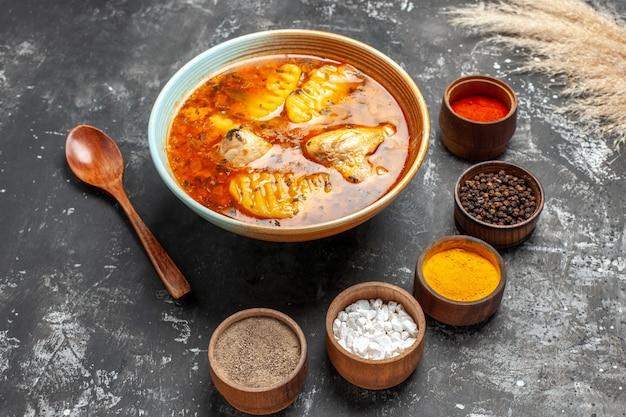 鶏肉とスパイスをセットした自家製スープのクローズアップ