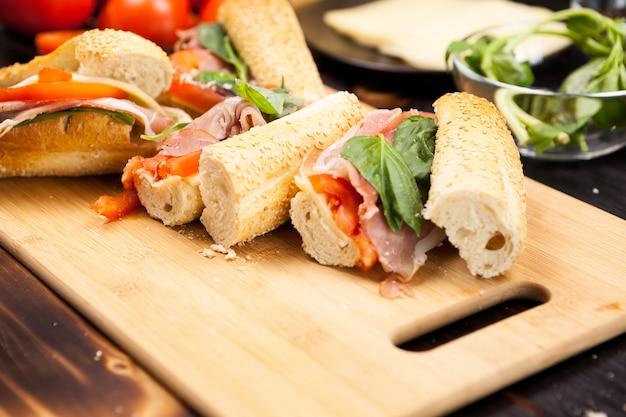 Закройте бутерброды homemande на деревянных фоне